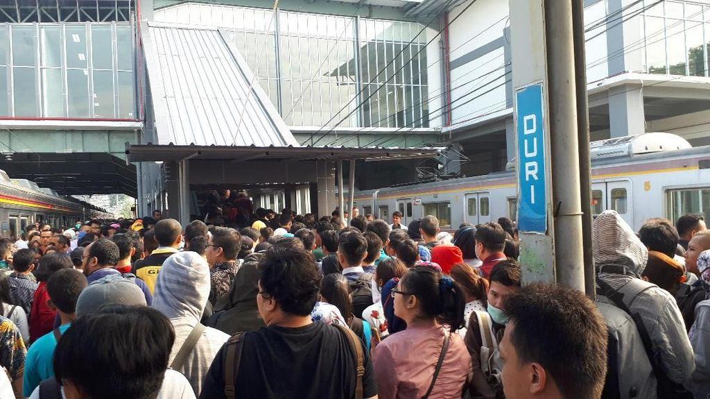 Foto: Desak-desakan di 1 Eskalator Stasiun Duri Demi Naik KRL