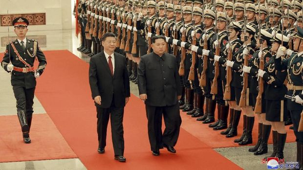 Kim Jong-un berkunjung ke China untuk memperbaiki hubungan dengan Presiden Xi Jinping.