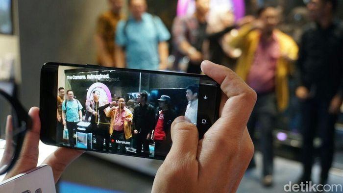 Memakai smartphone. Foto: Gobekasi/Achmad Rouzni Noor II
