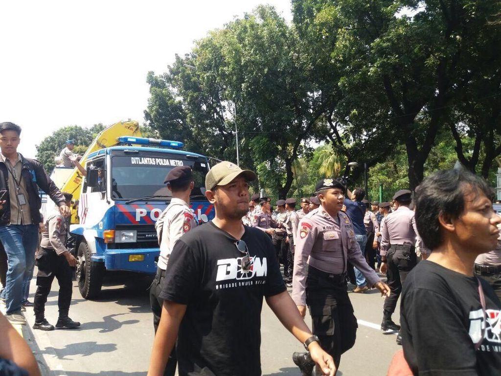 Mobil Hendak Diderek, Massa Aliando Sempat Hadang Polisi