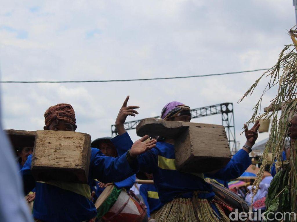 Foto: Ekstrem! Seniman Garut Menari Sambil Gigit Kayu 25 Kg