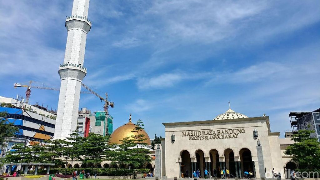 Aksi Muslim Independent Bersihkan Masjid Raya Bandung
