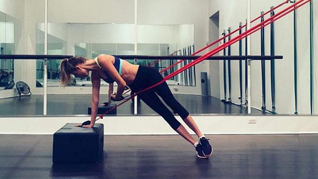 Skoliosis Tak Halangi Model Victorias Secret Ini untuk Aktif Olahraga
