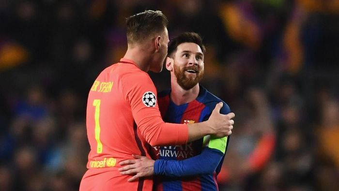 BARCELONA, SPAIN - MARCH 08:  Marc-Andre ter Stegen and Lionel Messi of Barcelona celebrate victory after the UEFA Champions League Round of 16 second leg match between FC Barcelona and Paris Saint-Germain at Camp Nou on March 8, 2017 in Barcelona, Spain. Barcelona won by 6 goals to one to win 6-5 on aggregate.  (Photo by Laurence Griffiths/Getty Images)