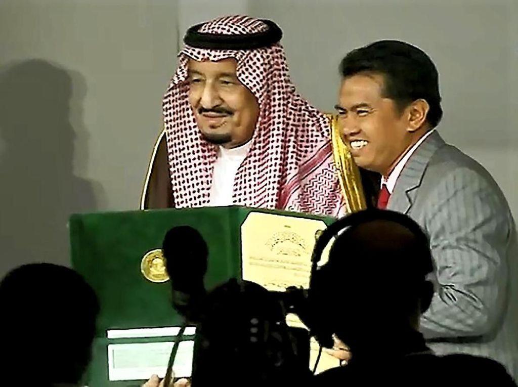 Bangga! Momen Profesor Halal Terima Penghargaan dari  Raja Salman