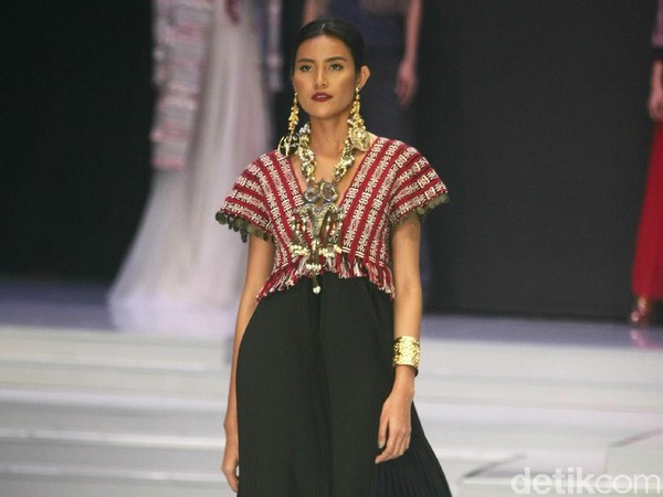 Parade Busana Ulos Warnai Hari Pertama Indonesia Fashion Week 2018