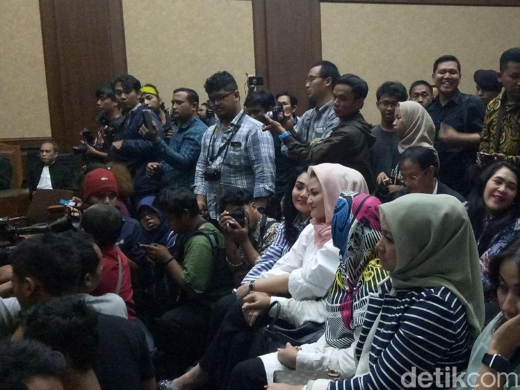 Senyum Deisti Saat Novanto Dituntut 16 Tahun Penjara