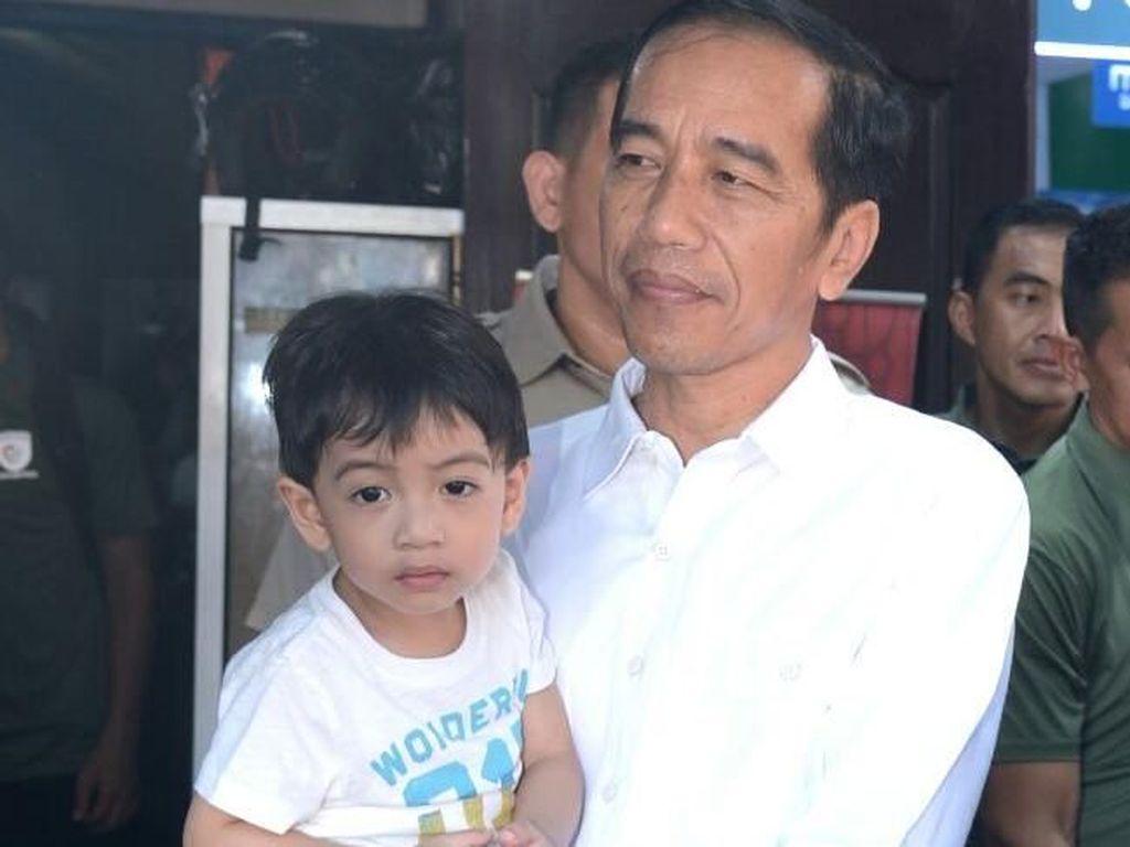 Momen Seru Saat Presiden Jokowi Olahraga Bareng sang Cucu