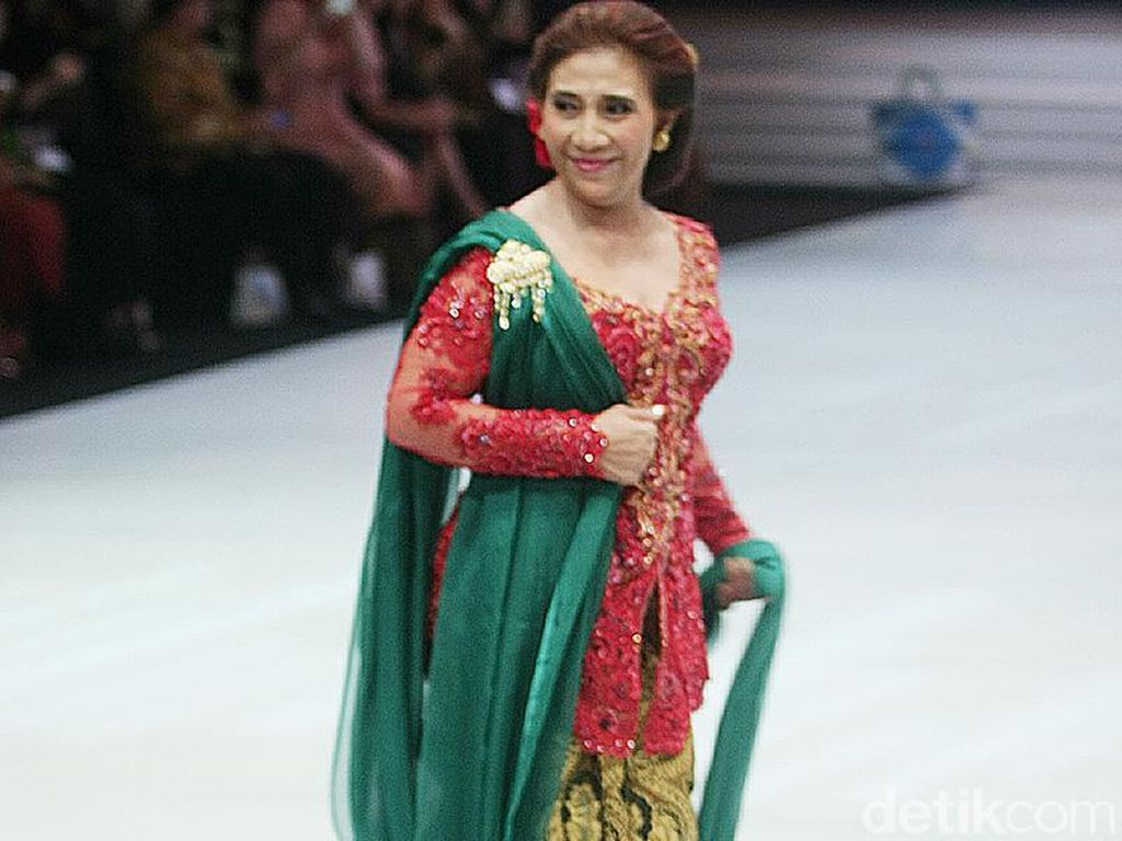Aksi Menteri Susi Jadi Model Fashion Show Anne Avantie, Bikin Heboh!
