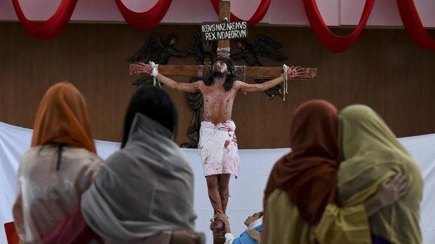 Umat Kristiani memperagakan drama penyaliban Yesus di Gereja Santa Maria Regina di Bintaro, Tangerang Selatan, Banten, Jumat (30/3). Drama yang mengisahkan kesengsaraan saat penyaliban Yesus itu untuk memperingati wafatnya Yesus atau Isa Almasih. ANTARA FOTO/Hafidz Mubarak A/ama/18