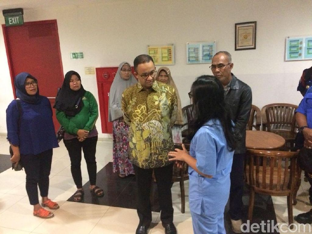 Foto: Anies Apresiasi Rifai Petugas Damkar Pahlawan Pemberani