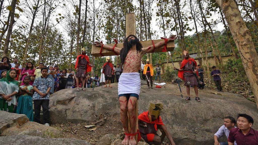 Foto: Umat Katolik India Gelar Prosesi Jalan Salib di Jumat Agung