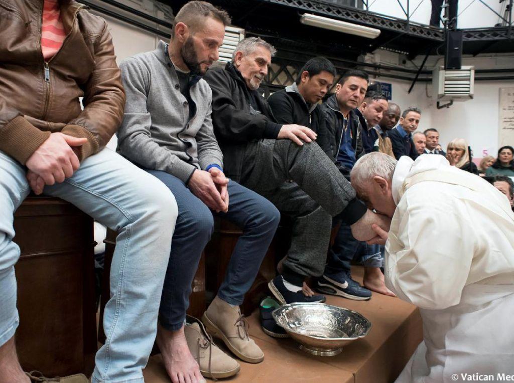 Riuh Dunia dalam Gambar: Prosesi Jalan Salib, Paus Cium Kaki 12 Napi
