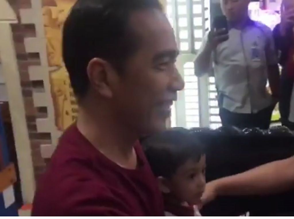 Momong Cucu, Jokowi Ajak Jan Ethes Naik Kereta Mal