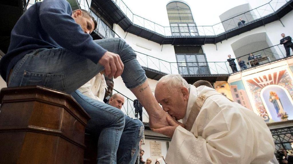 Foto: Saat Paus Fransiskus Cium Kaki 12 Narapidana