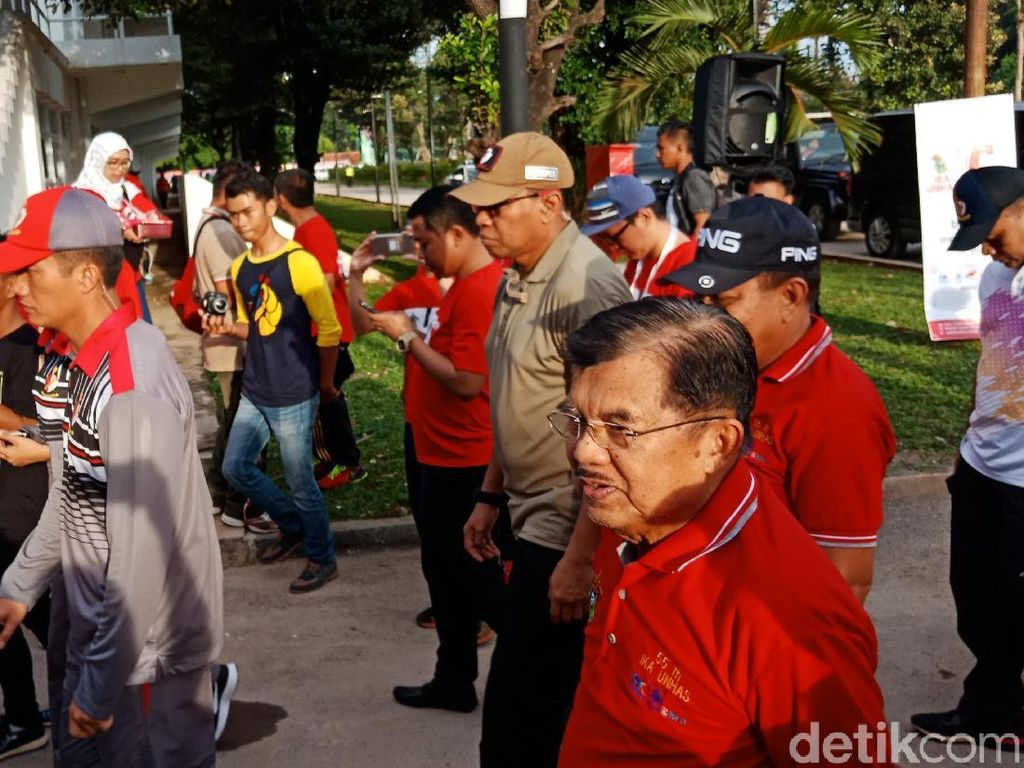 JK Lepas Gerak Jalan Alumni Universitas Hasanuddin di GBK