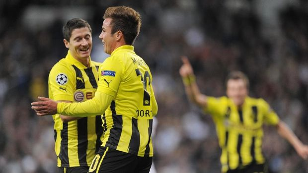 MADRID, SPAIN - NOVEMBER 06:  Mario Gotze (2nd L) of Borussia Dortmund celebrates with team-mate Robert Lewandowski after scoring their team's second goal during the UEFA Champions League Group D match between Real Madrid and Borussia Dortmund at Estadio Santiago Bernabeu on November 6, 2012 in Madrid, Spain.  (Photo by Denis Doyle/Getty Images)