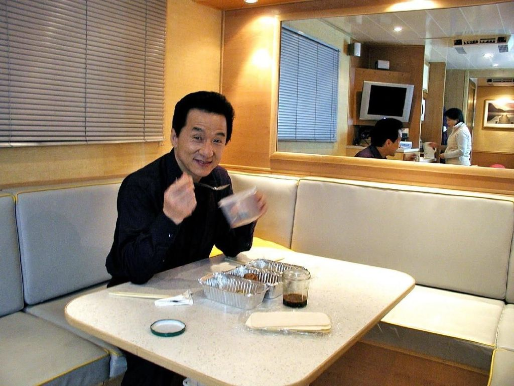 Gaya Makan Jackie Chan dan si Cantik Jessica Mila yang Bikin Ngiler