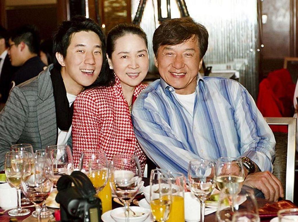 Ngemil Lolipop hingga Ngopi, Ini Gaya Keren Aktor Laga Legendaris Jackie Chan