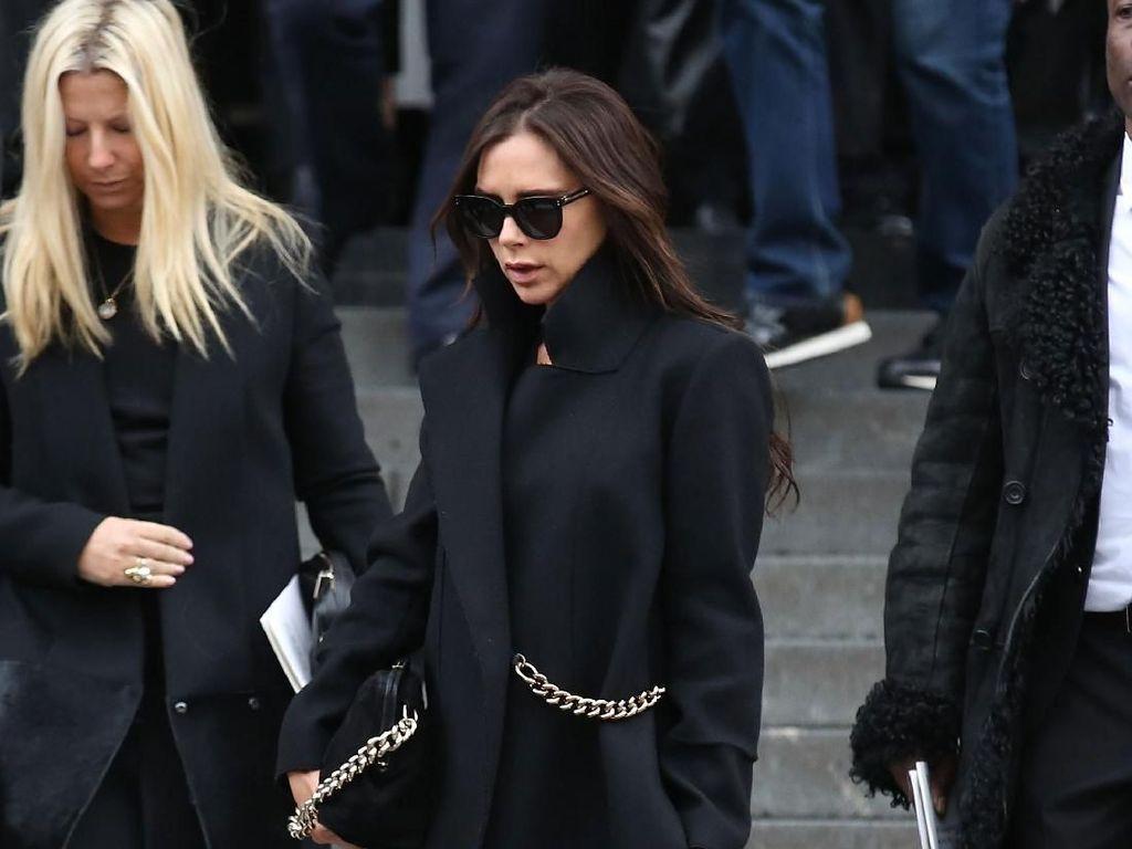 Cara Unik Victoria Beckham Pakai Tas, Ribet Tapi Tetap Modis