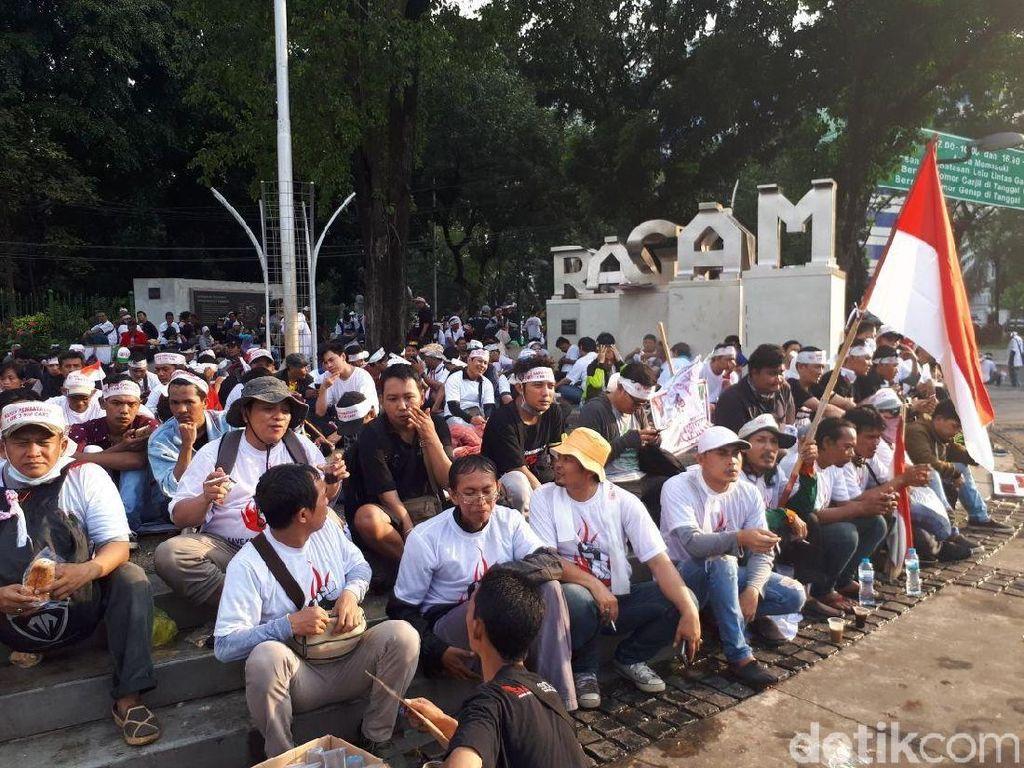 Tukang Pulsa Demo Pembatasan Registrasi SIM Card di Depan Istana