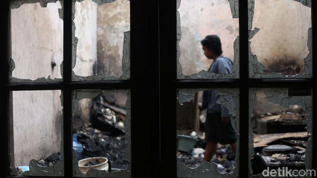 Mengais Puing-puing Sisa Kebakaran di Tambora