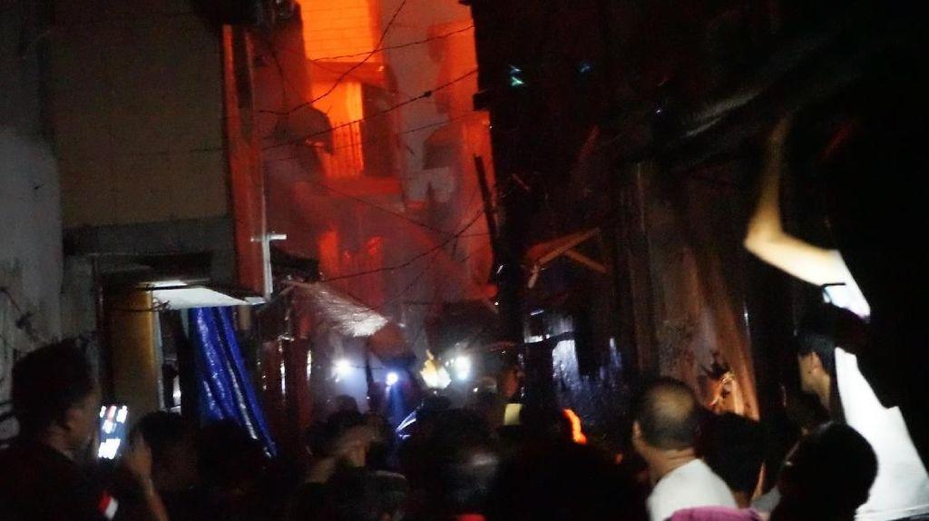 Foto: 4 Jam Proses Pemadaman Kebakaran Rumah di Jembatan Besi