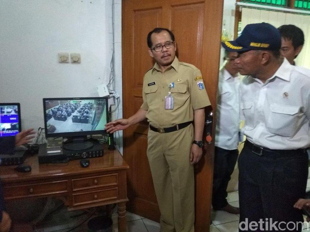 Mendikbud Pantau Pelaksanaan UN di SMKN 6 Jakarta Lewat CCTV