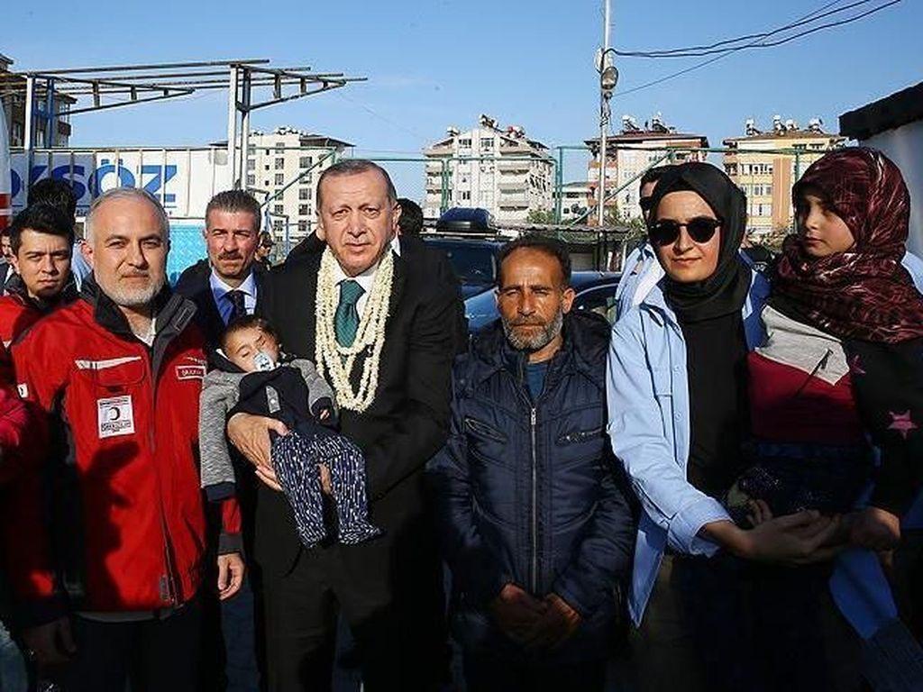 Mengungsi ke Turki, Bayi Karim Bermata Satu Digendong Erdogan