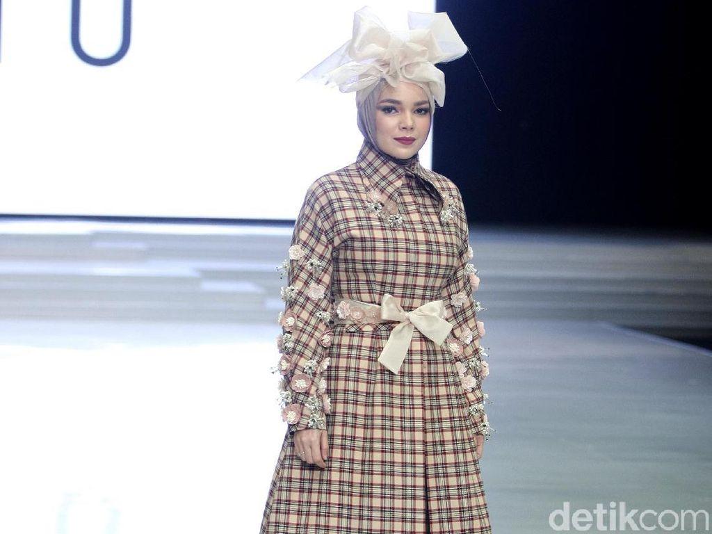 Mirip Boneka, Ini Tampilan Dewi Sandra hingga Olla Ramlan di IFW 2018