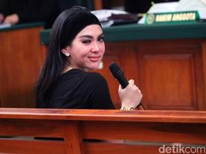 Saat Jaksa Foto-foto Bareng Syahrini Sebelum Sidang First Travel