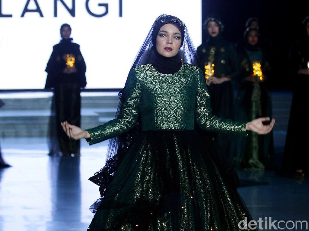 Megah, Gaun Glowing in the Dark Dian Pelangi di IFW 2018