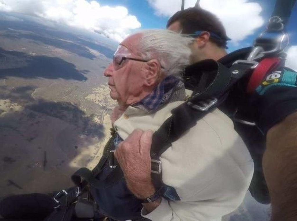 Foto: Terjun Bebas, Cara Kakek Ini Rayakan Ultah ke-100