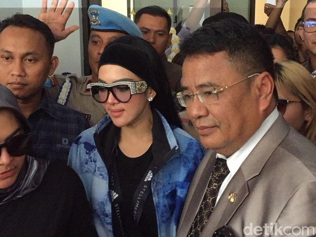 Foto: Berkacamata Hitam, Syahrini Siap Jadi Saksi Sidang First Travel