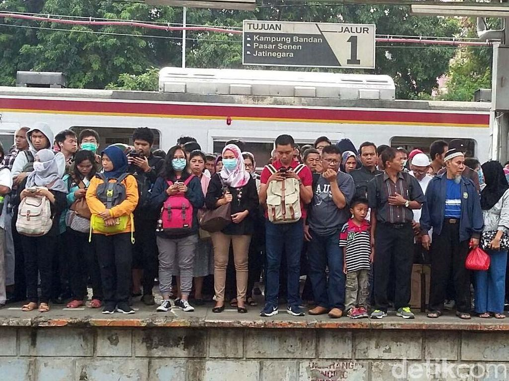 Curhatan Anker Desak- desakan Horor di Stasiun Duri