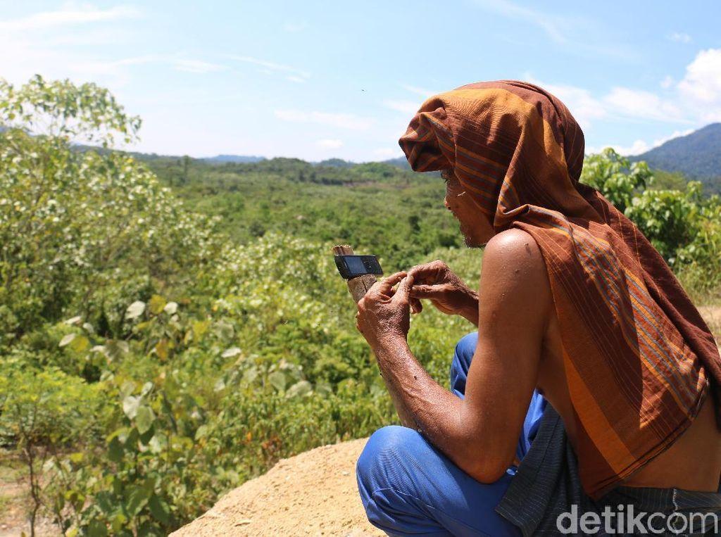 Perjuangan Warga Pedalaman Aceh Cari Sinyal Seharian
