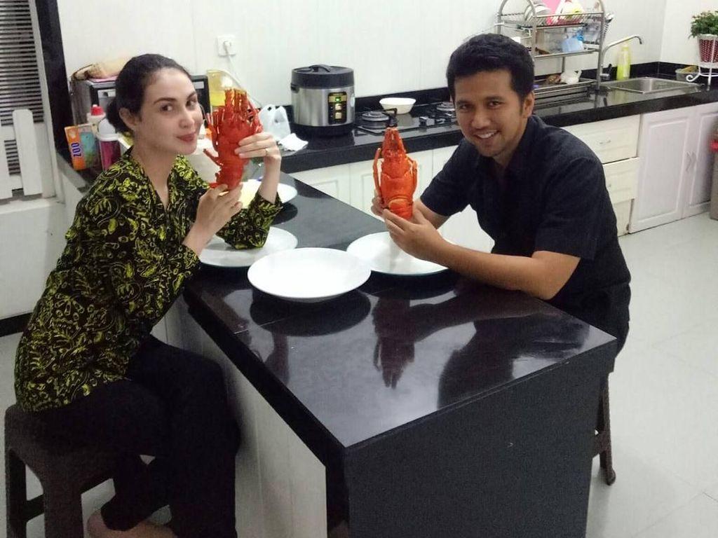 Begini Aksi Arumi, Istri Emil Dardak Saat Makan Lobster dan Bikin Kue Cubit