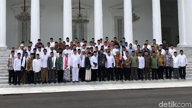 Jokowi Ajak Ulama Foto Ala Menteri Kabinet di Istana Merdeka