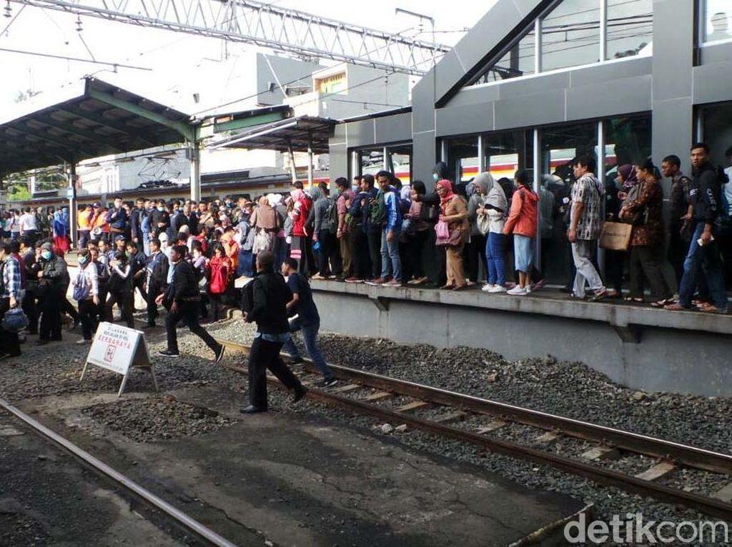 Solusi dari Menhub Atasi Desak-desakan Horor di Stasiun Duri