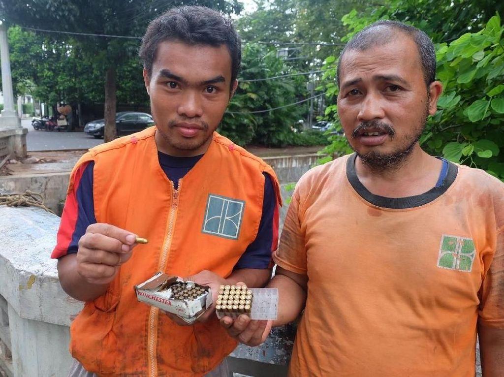 Bersihkan Kali, Petugas Kaget Temukan 74 Peluru di Menteng