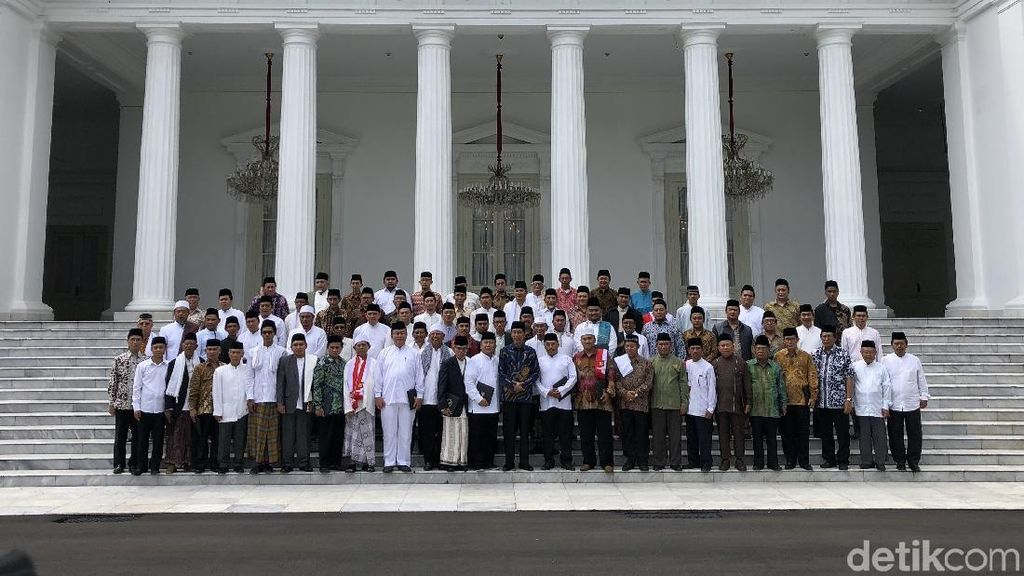 Momen Jokowi dan Ulama Berfoto ala Kabinet di Istana