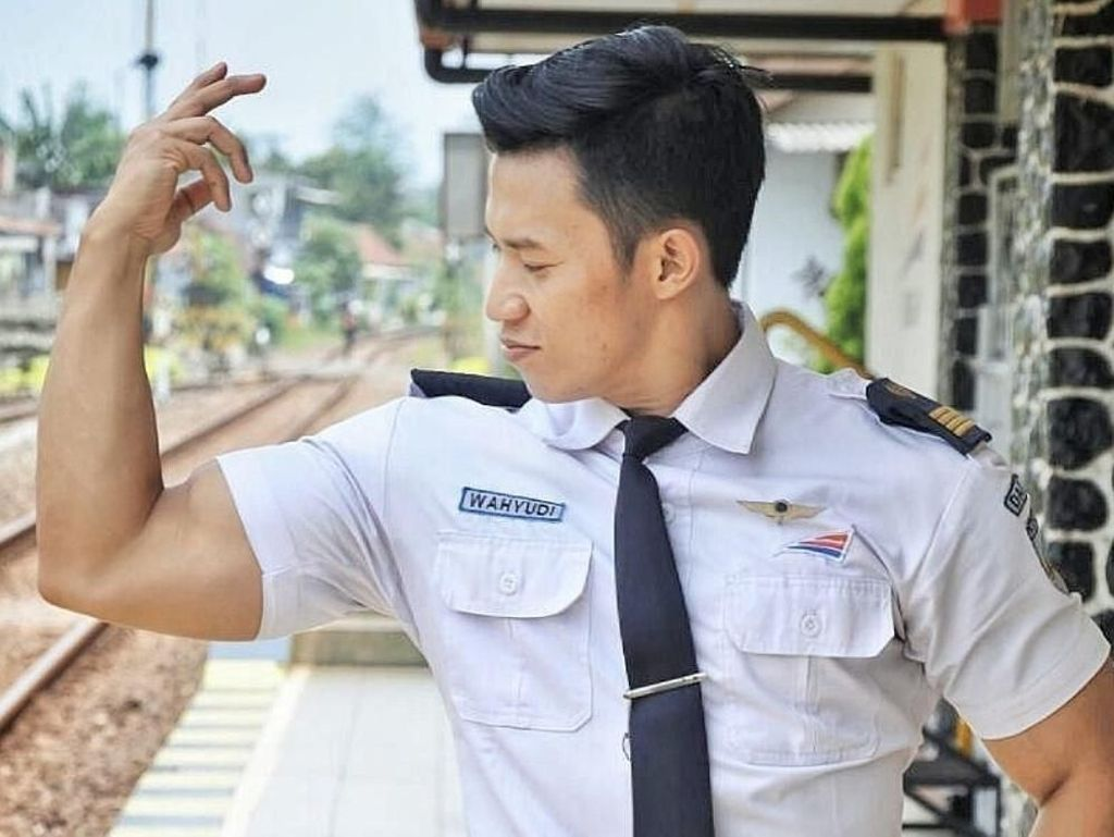 Petugas Stasiun di Tulungagung Ini Bikin Terpana dengan Badan Kekarnya