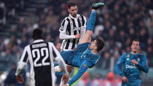Cristiano Ronaldo mencetak gol spektakuler ke gawang Juventus dalam Liga Champions musim lalu.