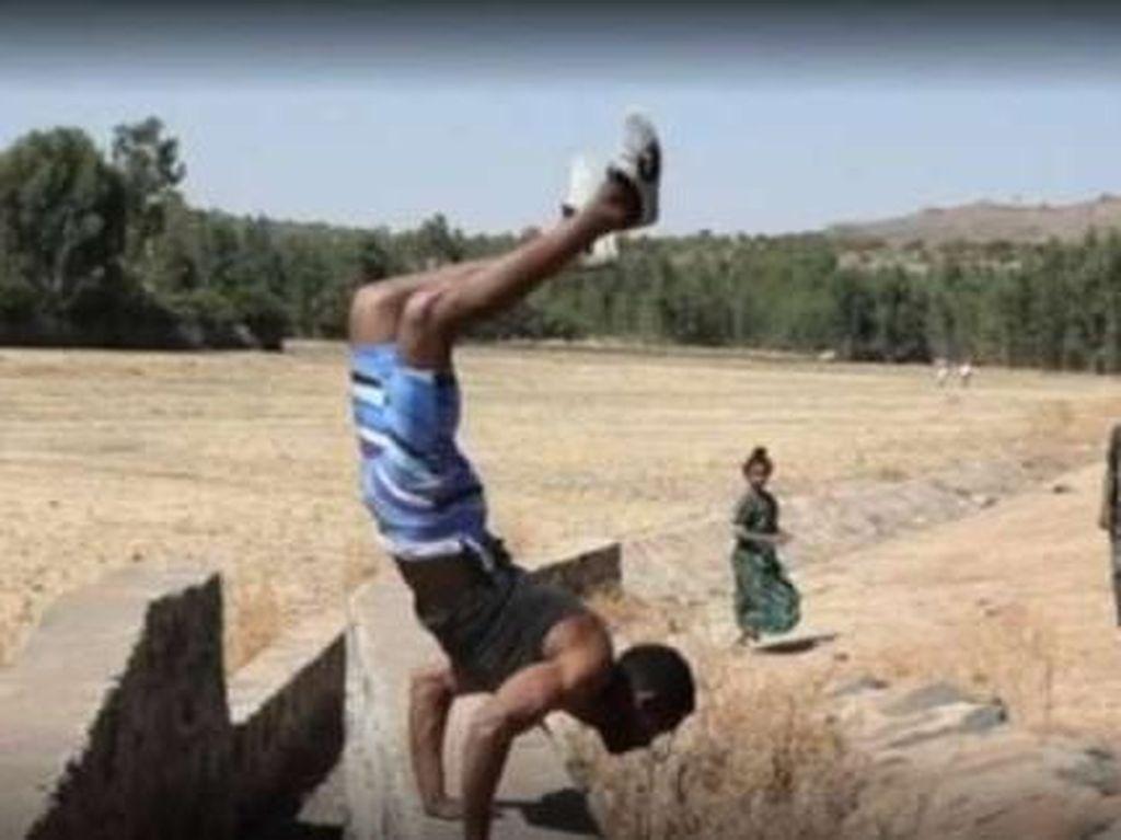 Aksi Nyeleneh Pria Berjalan dengan 2 Tangan Demi Rekor Dunia