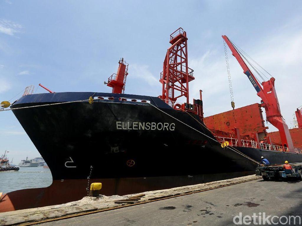 Kapal Raksasa Pengangkut Kereta MRT Tiba di Priok