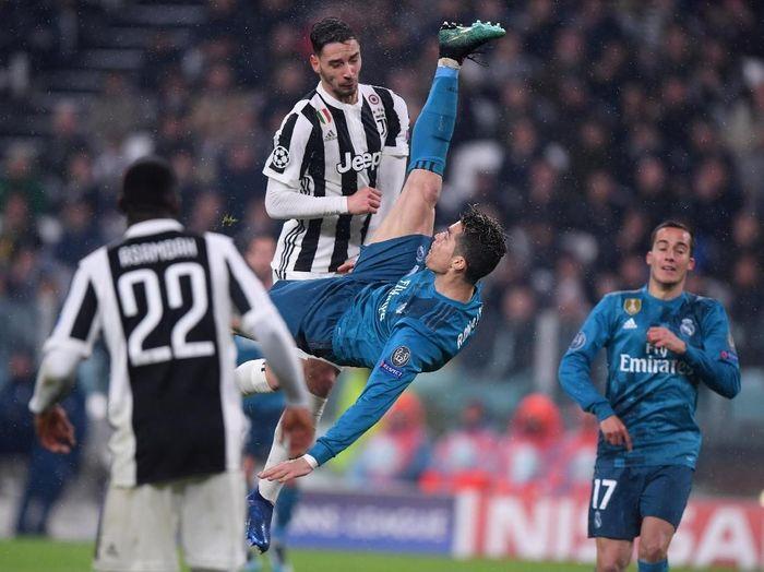 Aksi Cristiano Ronaldo melakukan tendangan salto di pertandingan Juventus vs Real Madrid pekan lalu. (Foto: Alberto Lingria/Reuters)