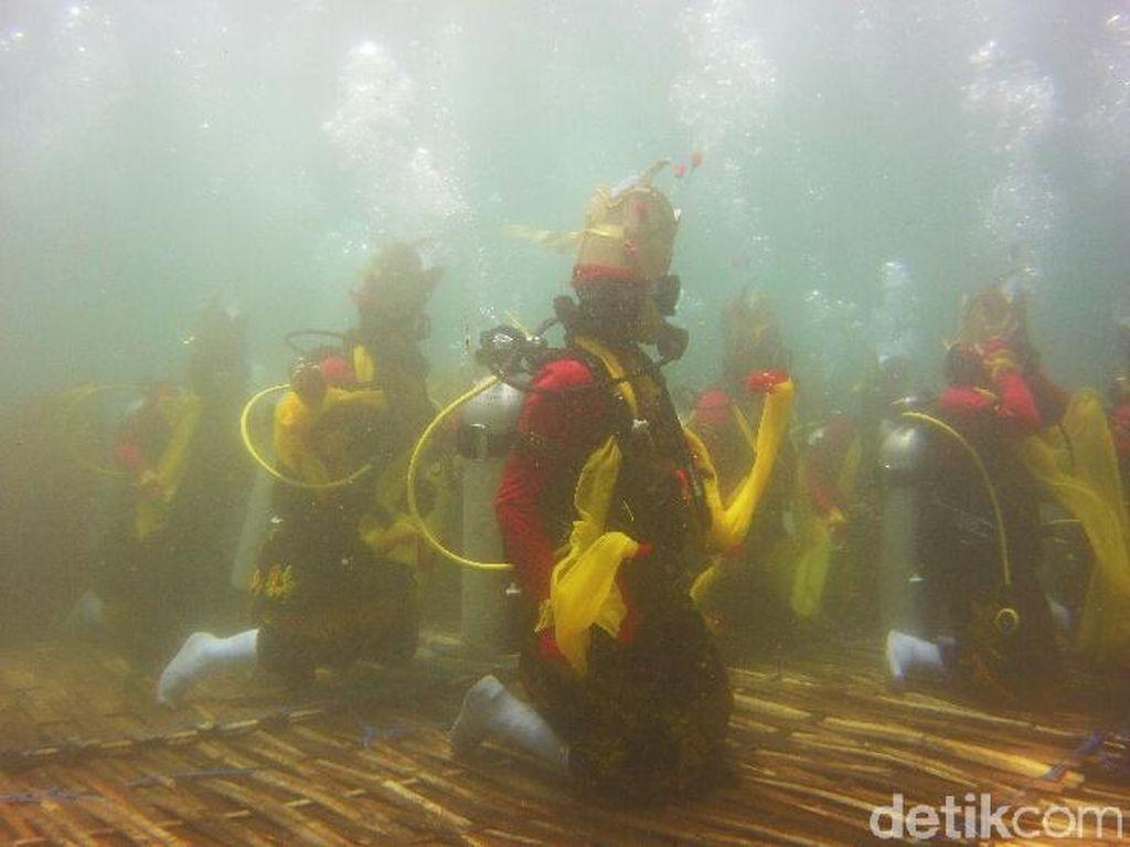 Foto: Serunya Penari Gandrung Banyuwangi Beraksi di Bawah Laut