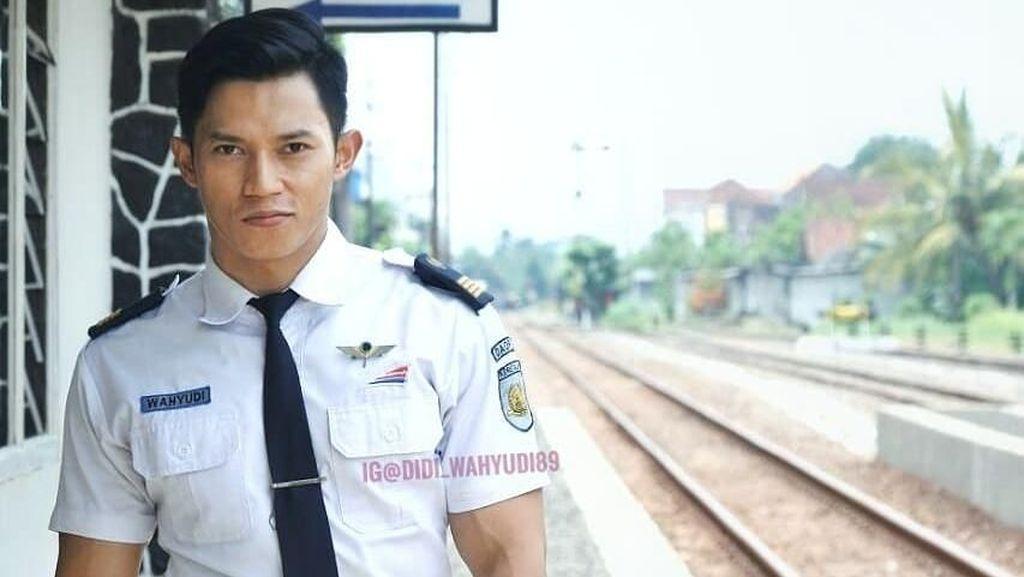 Foto: Liburannya Didi Wahyudi, Petugas Kereta Kekar yang Tampan