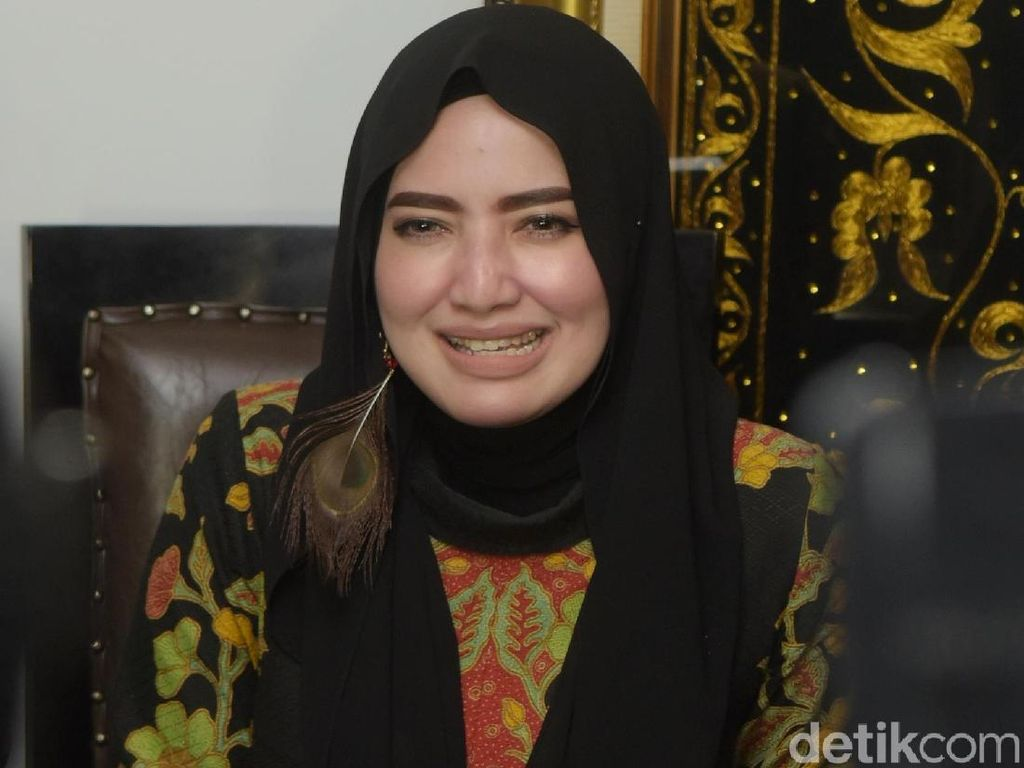Senyum Yulia Mochamad saat Ditanya soal Opick