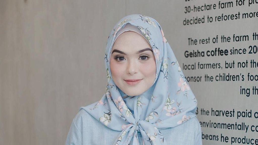 13 Gaya Hijab Aktris Vebby Palwinta yang Makin Cantik Saja
